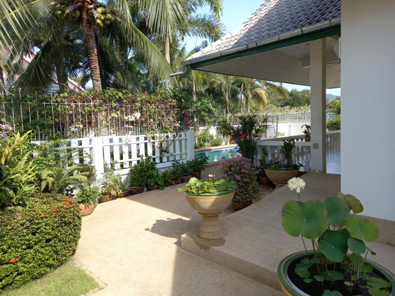 pool-villa-coconut-entrance-ramp