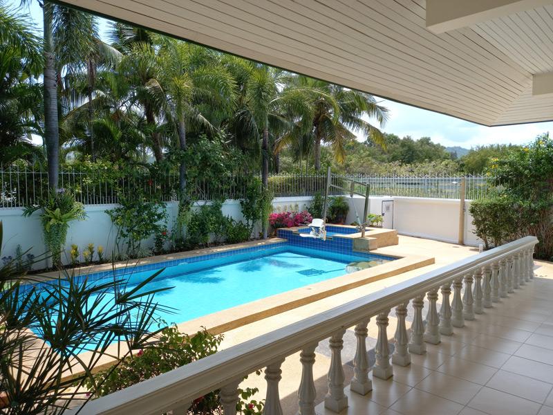 pool-villa-coconut-pool-area