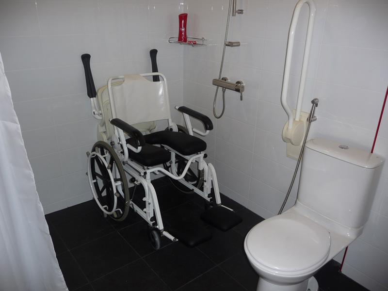 pool-villa-si-daeng-equipment-shower-wheelchair