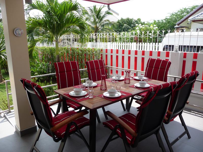 pool-villa-si-daeng-outside-dinning-table