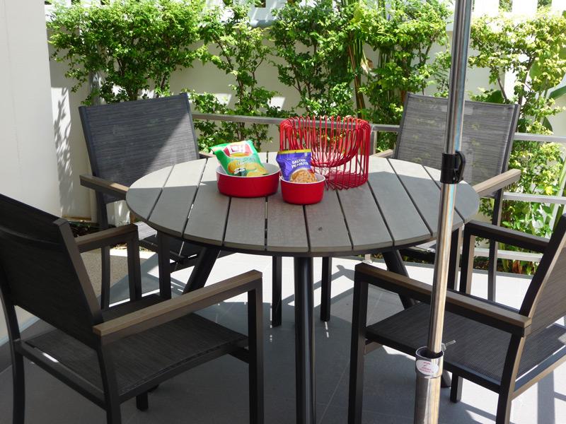 pool-villa-si-daeng-terrace-table